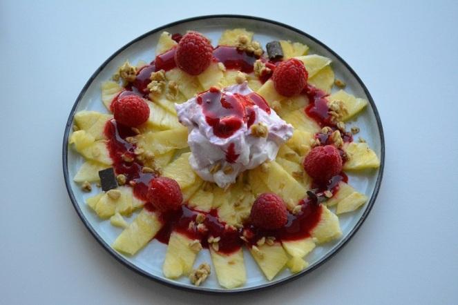 ananascarpaccio-met-frambozen-en-yoghurt