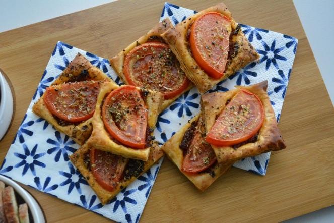 bladerdeeghapje-met-tomaat-1