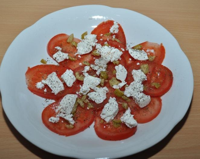 carpaccio-van-tomaat-met-geitenkaas-olijf-en-kappertjes-2-kopie