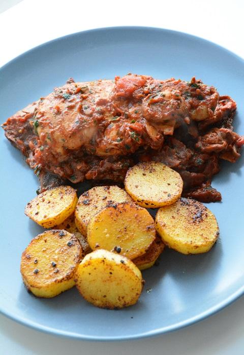 Kip in tomaat-champignonsaus met gebakken aardappelen.JPG