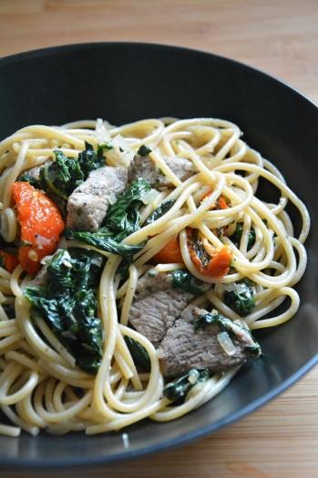 spaghetti-met-biefstuk-spinazie-en-tomaat