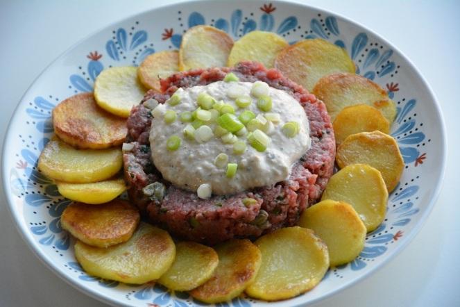 tartaar-americain-met-tonijnsaus-en-gebakken-aardappelen