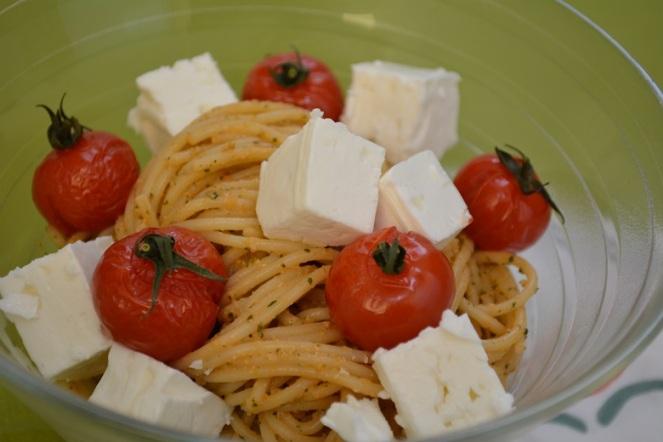 Spaghetti met tomatenpesto en feta