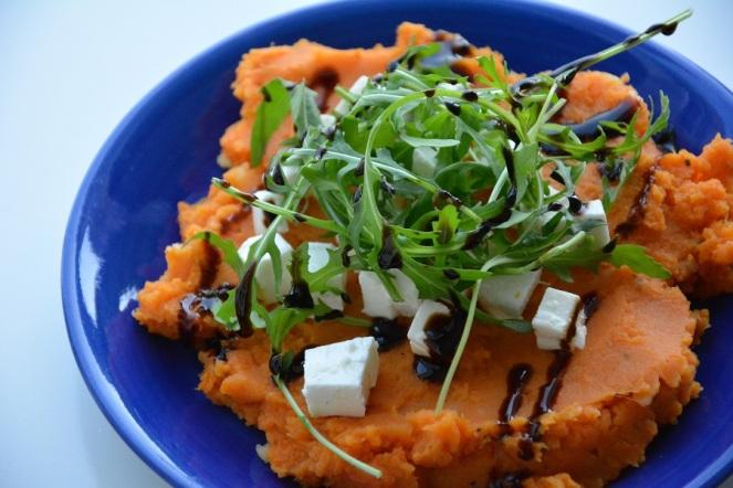 Zoete aardappelpuree met feta en rucola