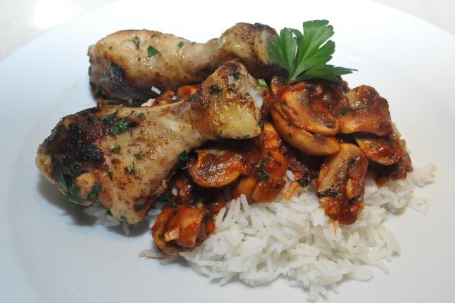 Gekruide kippenboutjes met rijst en champignons in een tomatenjasje - kopie