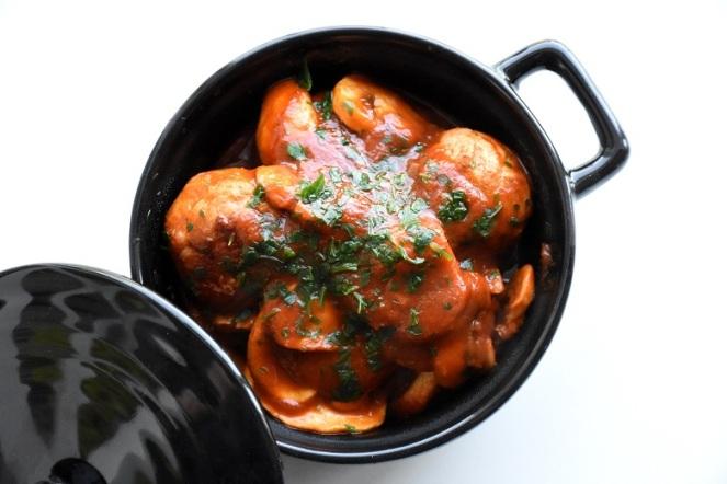 Kippenballetjes in tomaat-champignonsaus (2)