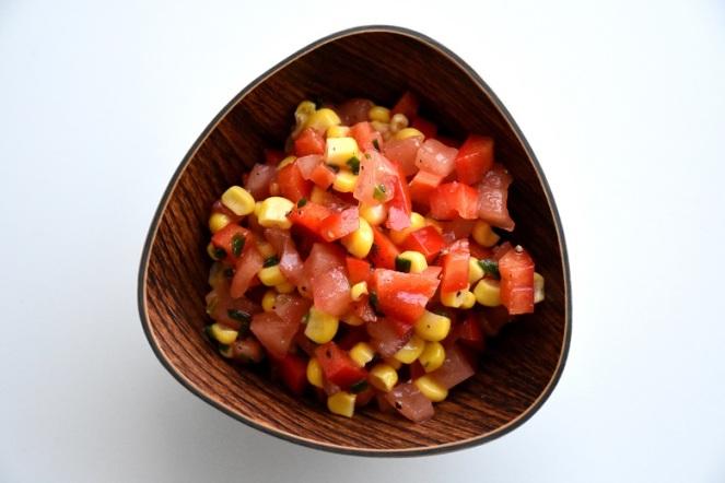 Tomaat-paprikasalade met maïs