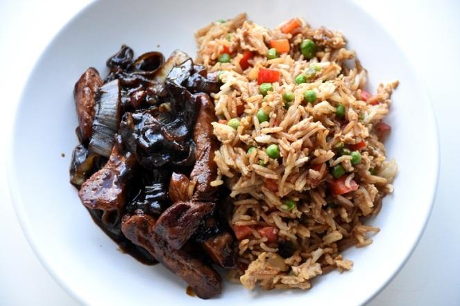 Varkensreepjes met ui en gebakken rijst
