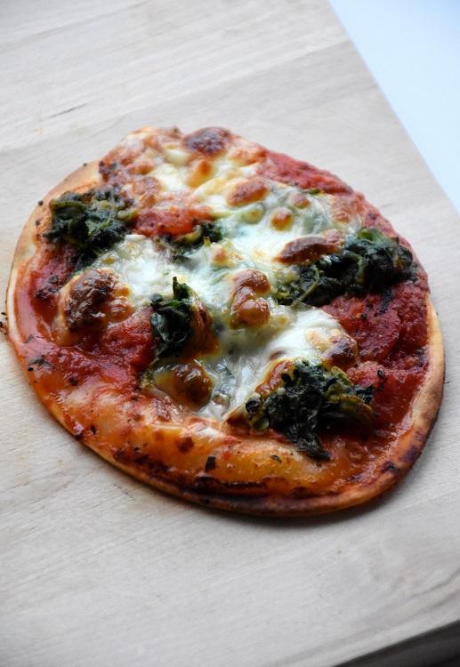 Mini-pizza met spinazie en mozzarella (1)