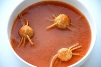 Tomaat-pompoensoep met spinnetjes