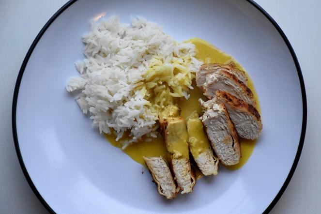 Kip met rijst en currysaus.JPG