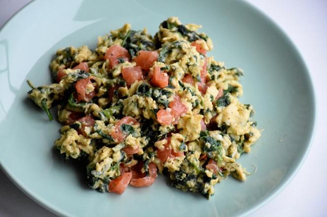 Roerei met spinazie en tomaat