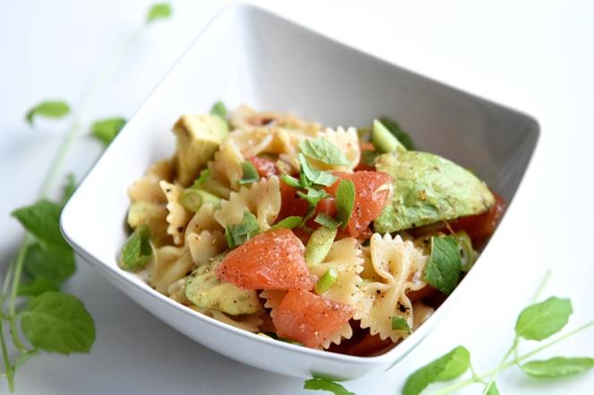 Pasta met tomaat en avocado
