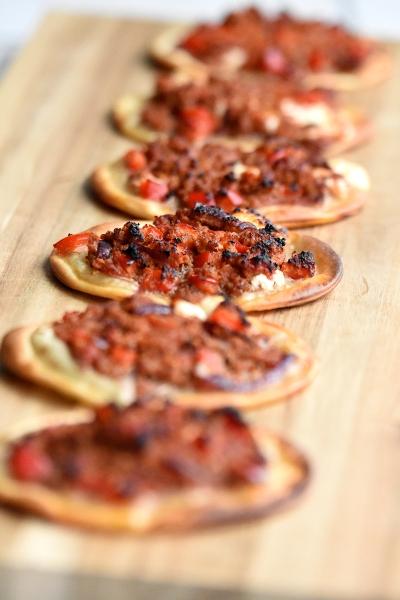 Mini-pizza's met lam en geitenkaas