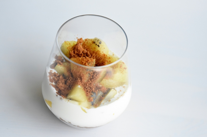Ontbijtglas met mango en gele kiwi