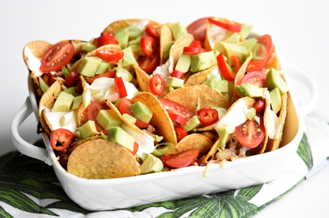 Pikante nachos met chorizo en avocado