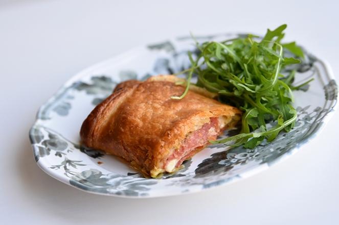 Bladerdeegrol met salami, pesto en mozzarella